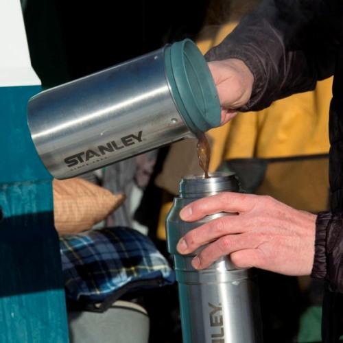 Кофейная система Stanley Mountain Vacuum Coffee System Thermos Bottle - выливаем напиток в термос