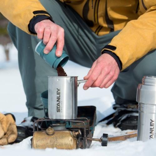 Кофейная система Stanley Mountain Vacuum Coffee System Thermos Bottle - насыпаем кофе в воду
